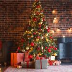 A) É enfeitada com a maior variedade de elementos natalinos possíveis