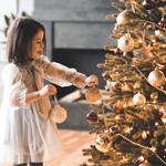 B) É decorada de forma semelhante às árvores de Natal da minha infância