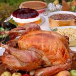 B) Cada família ou grupo leva um prato, deixando a mesa com muitas opções de pratos principais, acompanhamentos e sobremesas