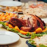 D) À mesa não podem faltar os pratos típicos de Natal: Peru, Pernil, rabanada, pavê, farofa, salpicão, panetone