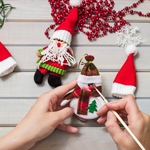 B) Adoro criar meus próprios enfeites natalinos para deixar a casa acolhedora e personalizada. De quebra, toda a família é envolvida na tarefa