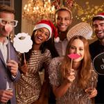 A) A festa em si – vestir roupas novas, colocar músicas animadas e dançar a noite toda