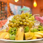 F) Enfeito a mesa de Natal com muitas frutas frescas, castanhas, além de frutas secas típicas desta época