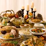 D) Reservo a mesa para a comida e os enfeites, e coloco os pratos e itens de serviço em outro espaço