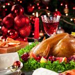 C) Gosto de uma mesa clássica, com toalha temática, arranjos natalinos e cores que remetem à época